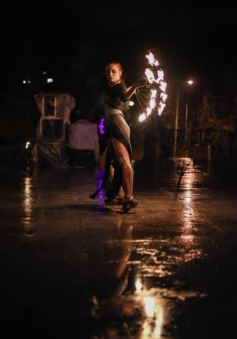 девочка танцует с огнем